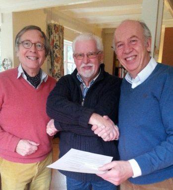 Wout Schotsman, secretaris van Idee in Uitvoering feliciteert Henk Luchtmeijer en Evert-Jan Moraal.