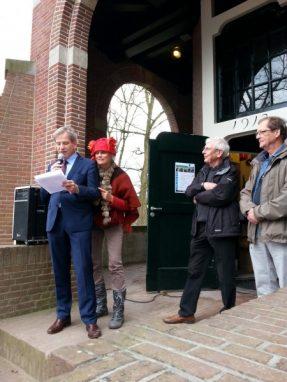 Wethouder Johan Weijland wordt tijdens openingsspeech gestoord door boskneuter!