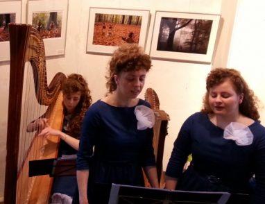 Rhode, Marcelle en Jessica van Leeuwen verzorgden de muzikale omlijsting.