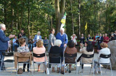 Willemien Vreugdenhil zet samen met Wilke Dekker de vlag bij het Middelpunt – Foto: ©Fransien Fraanje